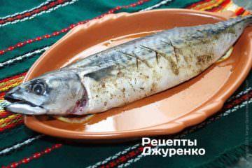 Укласти рибу на кружечки лимона
