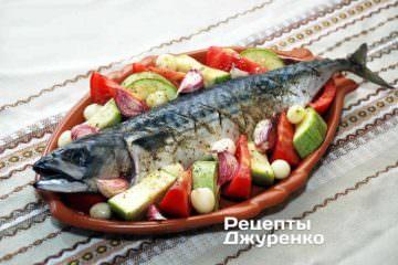 Викласти навколо скумбрії підготовлені овочі: кабачок, помідор, цибуля, часник