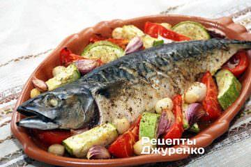 Фото до рецепту: скумбрія запечена з овочами на плато