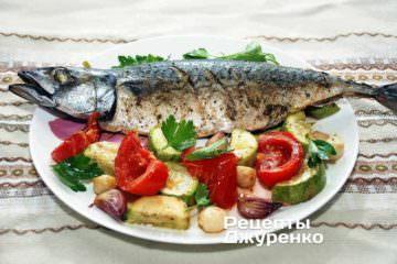 Перекласти рибу та овочі на тарілку