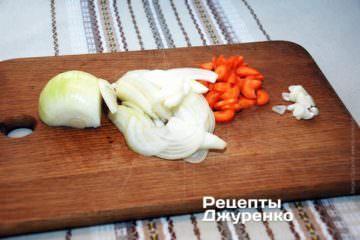 Очистити овочі: картоплю, цибулю, моркву і часник