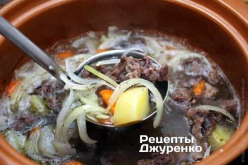 Варити бульйон, помішуючи, на слабкому вогні до готовності картоплі і морквини