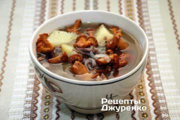 Готовый суп из лисчек разлить по тарелкам и сразу подавать к столу