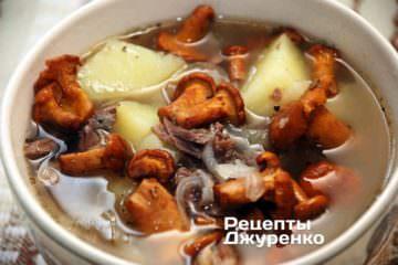 Наваристый суп их молодых лисичек