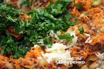 Морквину натерти на тертку і додати в сотейник, перемішати і обсмажувати близько 10 хвилин