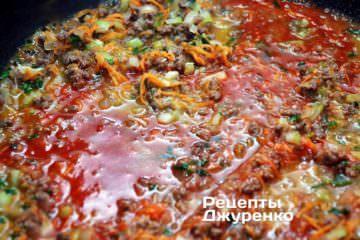 Додати томатное пюре в сотейник і долити трохи гарячої води