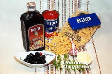 Хороша паста, оливки, томати і оливкова олія