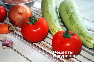 куряче філе, кабачки і дуже стиглі помідори
