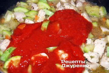 Добавить приготовленное томатное пюре и 1 ч.л. сахара