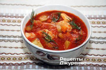 Готовий томатний суп розлити в тарілки і прикрасити свіжим кропом