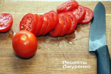 Помідори нарізати гострим ножем на кружки товщиною 6-7 мм
