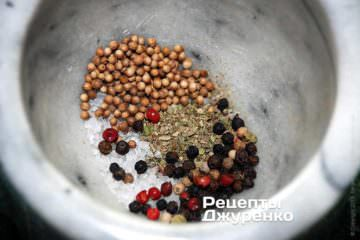 В ступке растереть до состояния порошка горошины перца (черного или разноцветного), кориандр, сухие травы и соль — все равными частями