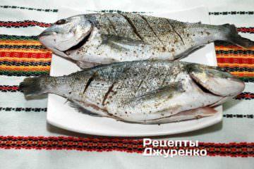 Подготовленную рыбу надрезать по бокам наискосок через 3-4 см