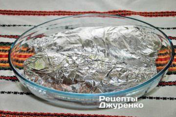 Плотно и герметично завернуть рыбу в два слоя фольги