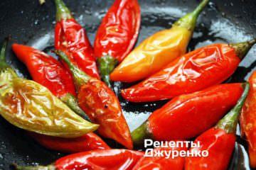 Накрити сковорідку кришкою і дати перцям потомитися на маленькому вогні 10 хвилин