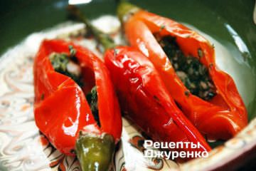 Дать перцам немного остыть и начинить их подготовленной смесью укропа и чеснока
