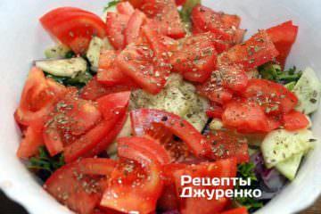 Выложить все овощи поверх зеленого салата, посолить и посыпать щепоткой сухого орегано