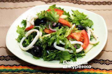 Разложить салат на тарелки и сразу же подавать к столу