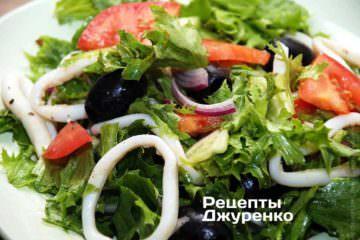 Разложить салат по тарелкам