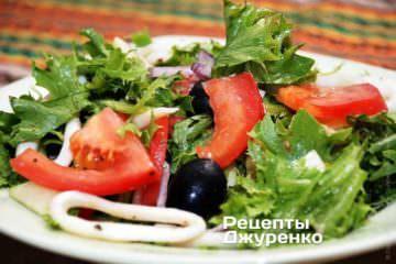 Теплый салат с кальмарами