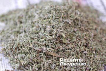 У результаті вийшла досить велика купка сухого листя чабру з дуже сильним ароматом