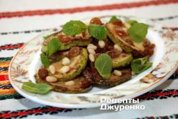 Охлажденные жареные кабачки выложить на блюдо или тарелку