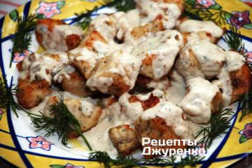 Фото рецепта курка в соусі з блакитного сиру