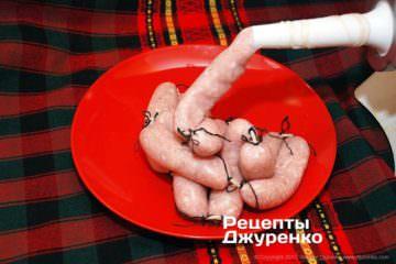 перевязать колбаски ниткой