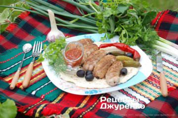 Фото к рецепту: домашние колбаски на гриле