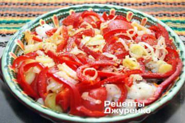 Поверх цвітної капусти і помідорів рівномірно викласти тушковану цибулю-порей з червоним перцем