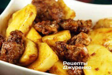 Теплый салат из куриной печени с грушами.