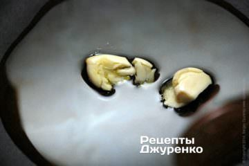 В глубоком сотейнике, лучше с толстым дном, разогреть оливковое масло и обжарить зубчики чеснока