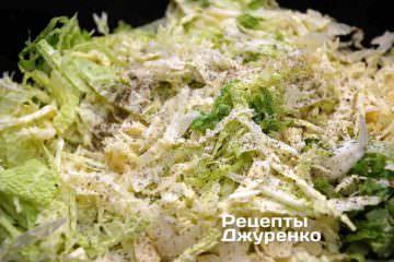 Бросить в сотейник нарезанную савойскую капусту. Аккуратно перемешать лопаткой и обжаривать на среднем огне 5 минут