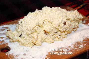 На рясно посипану борошном обробну дошку викласти тісто