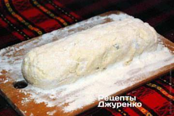 Обсипати борошном тісто з усіх боків