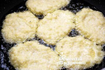 выложить порции картофельной смеси