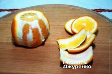 Апельсины лучше очистить как яблоко, срезая кожуру, захватывая ножом немного сочной мякоти