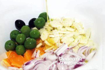 Вылить приготовленную заправку в салат.