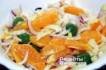 Ложкой или лопаткой перемешать салат из апельсинов