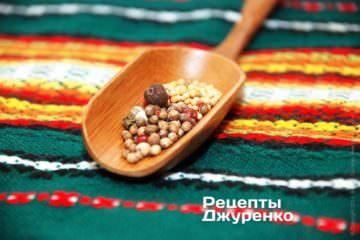 В ступке растереть равные части морской соли, черного или разноцветного перца, семян кориандра и горчицы и добавить 1-2 горошины душистого перца