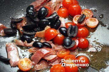 Добавить разрезанные пополам мелкие помидоры «черри» и нарезанные на кружочки или четвертинки черные маслины без косточек