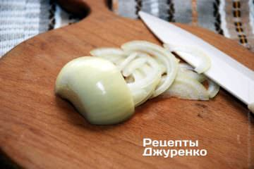 Луковицу очистить и нарезать очень тонкой соломкой