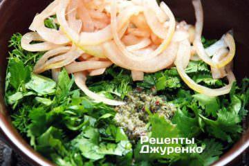 К нарезанной зелени добавить лук