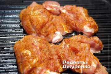 Викласти курячі стегна на розігріту ребристу сковорідку - стороною зі спеціями вгору