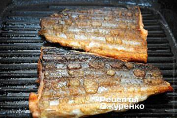 Через 4 мин рыбу перевернуть, и, не сдвигая, готовить еще 4 мин.