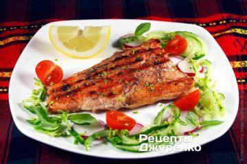 Готовую рыбу выложит на тарелку