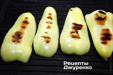 Болгарський перець очистити і спекти на сковорідці-гриль, щоб перець став м'яким