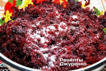Натереть очищенные корнеплоды на крупную терку. Посолить по вкусу и добавить 1-2 щепотки сахара