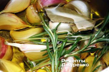 Залить чеснок оливковым маслом. Поставить кастрюлю на огонь и довести до начала (!) кипения. Сразу же убавить огонь