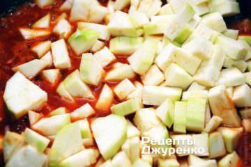 Очищений кабачок нарізати кубиками і додати до овочевого рагу